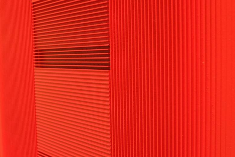 画廊的另一位关注度极高的艺术家是戈子馀。这些由PVC板为材料的绘画装置作品,也同时拥有雕塑的观看方式。艺术家设计好条纹的宽窄和深度,给厂家制作后自己上色。作品中呈现出颜色的深浅不一由颜料的用量所决定,同时也加深了作品本身的纵深和空间感。