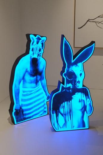 艺术家张钊瀛的作品《泰坦之宴之斑马》、《泰坦之宴之兔子》以灯箱的呈现突出了其非常戏剧化的图景。张钊瀛的创作通常以经典文学为入口,以叙事的方式将其中的故事以各种媒介方式形象化,《泰坦之宴》艺术家在2014年做的一个独立项目,以剧场类的装置形式呈现,这两件灯箱就产生于其中。
