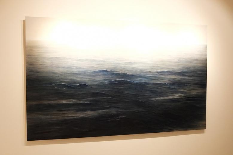 龙口空间此次带来的作品以绘画为主,其中张文伟的《海》体量最大,画水也是在画风。