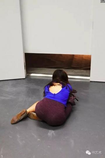 劳拉·利马《男人=肉体/女人=肉体-平面》 1977 这个房间层高仅45厘米。在房间后侧,一名残障人士平躺在地上,旁边放着一盏灯。观众必须蹲下或躺下才能欣赏这件作品。