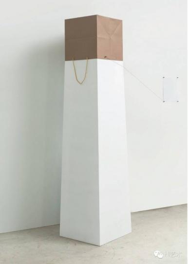 谭天 《Bhuvanesh Gowda + Rob Pruitt + Jirí Kovanda》 展台、牛皮纸袋、线、钉子 尺寸可变 2015