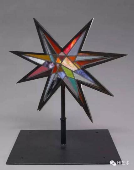奇奇•史密斯《注视II》 手工吹制彩色玻璃、黑钢、铅 2012