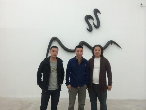 艺术家闫冰与友人合影