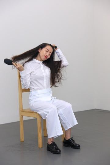 玛丽娜·阿布拉莫维奇1975年的作品《艺术必须是美的,艺术家必须是美的》,通过艺术家授权,由专业演员再现当年的情境。