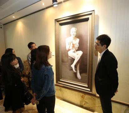 中国二十世纪及当代艺术部总经理李艳锋与媒体朋友交流今年春拍的各大亮点