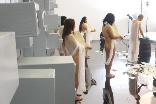 后方五位裸体女人,每人手中抱着厚厚一叠纸巾