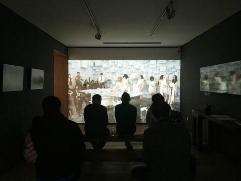 位于二层的展厅,放映着现场同步视频