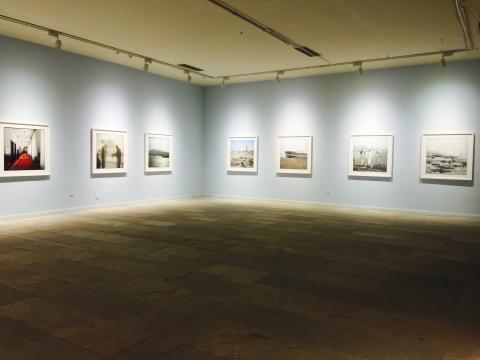 一层空间中的《北方,南方》系列展览现场,所有作品为正方形构图