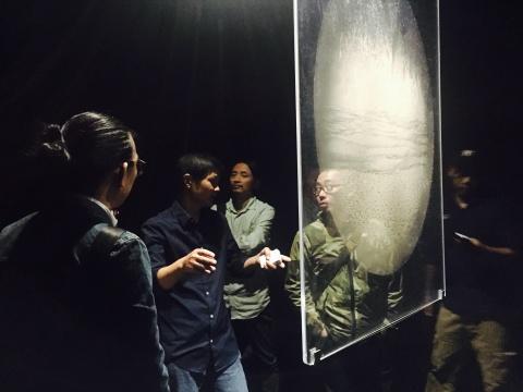 骆丹为观众导览新作的展示方式及空间效果