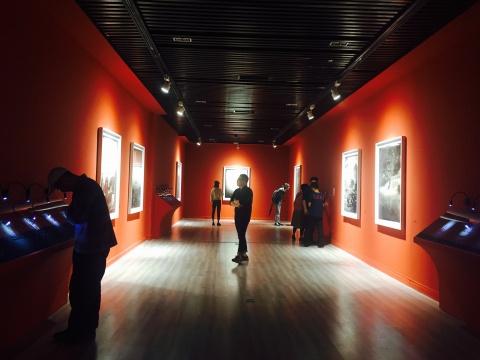 二层的《素歌》系列现场,博物馆经典化的视觉效果呈现