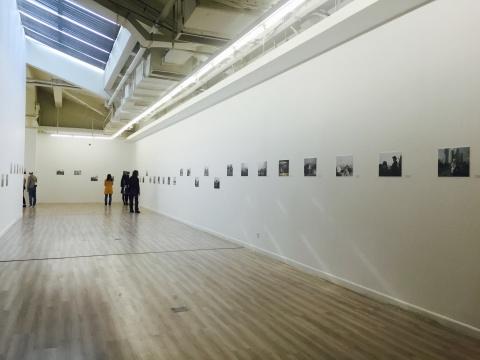 《318国道》展厅现场,时间与地理空间双线并置,88件作品全部亮相,展线的长度代表着骆丹的行走轨迹