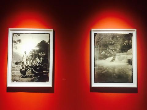 《素歌-No.014》(左)《教堂外的五位妇女,金秀谷村》与《素歌-No.029》(右)《山涧里的开福,左洛底村》火棉胶湿版玻璃底片,收藏级艺术微喷