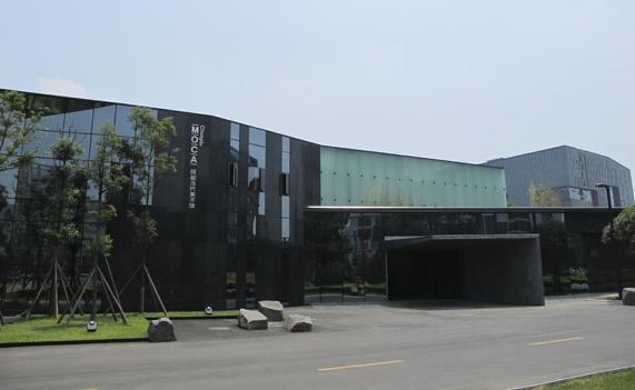 2011年开馆的成都当代美术馆,今年开始已经没有任何展览费用,前馆长吕澎已经离职,蓝庆伟和时玉玲现任执行馆长,他们正在通过与外部力量的对接艰难地维持这个阵地