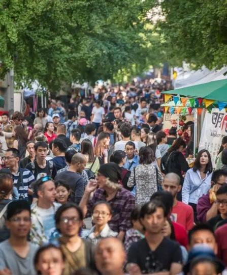 2015明堂艺术节人头攒动的火爆现场,在这个以创意为主的艺术节中,当代艺术依旧只是少数人关心的话题