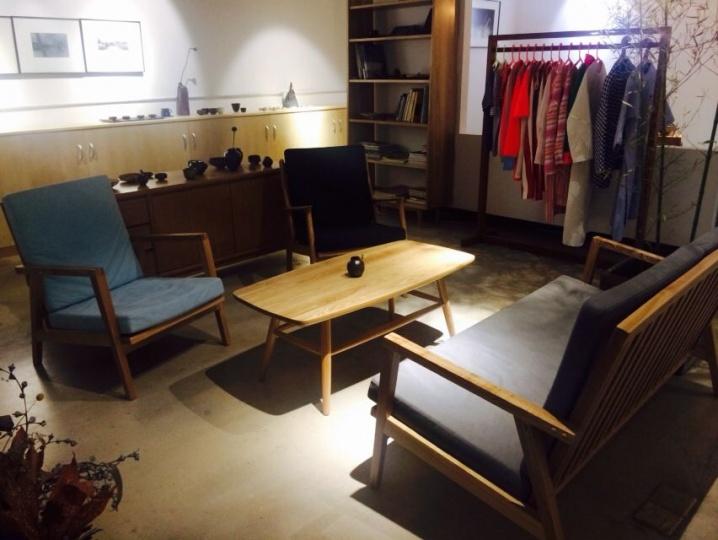 艺术家谢帆自己研究古法烧制的陶瓷已经数年,终于在成都开了自己的第一家店,这里不仅售卖那些品质极好的陶瓷产品,还代理了家具、服装和艺术品