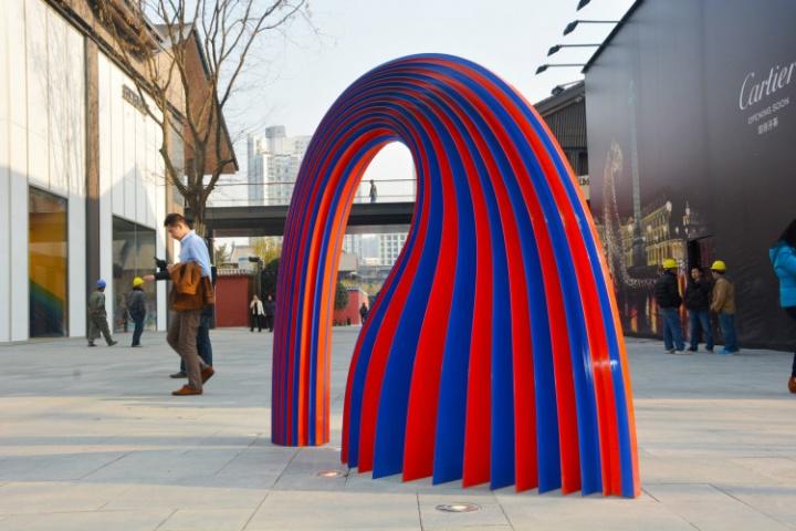 """成都""""太古里""""公共空间随处可见的雕塑"""
