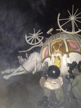 机械制动的假人记者对着车祸的公主连续的按动快门