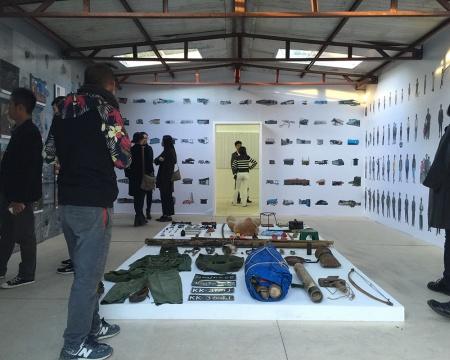 隔为两个展示空间,分别展示缅军的个人物品、难民的照片与艺术家纪录性影像、当地写生的内容为主