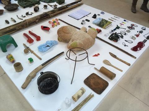 当地难民的物品及艺术家随身携带的设备与书籍