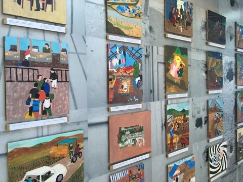 墙上布满了艺术家创作的视觉日记