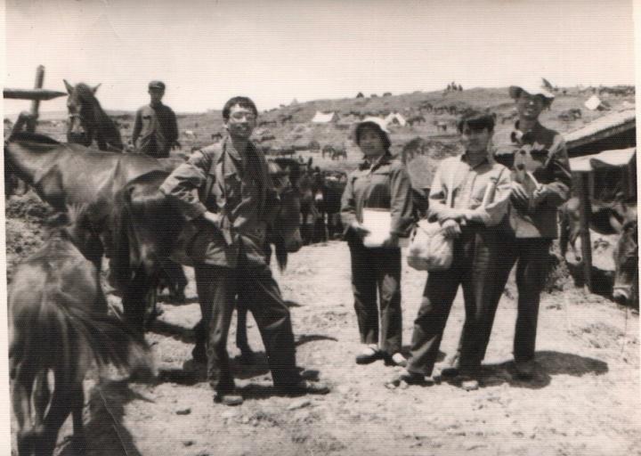 1978年夏天,毛旭辉大学一年级暑假与同学去丽江写生。左起:张晓刚、陈晓燕、张崇明、毛旭辉