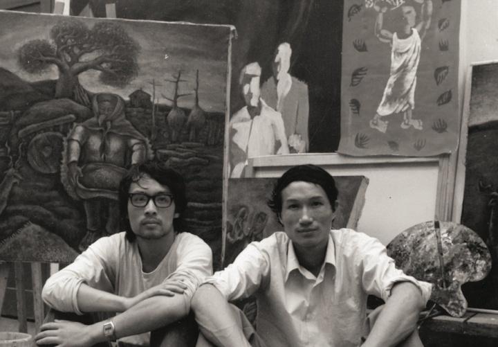 1984年 毛旭辉在工作室与张晓刚合影,工作室位于昆明和平村2号