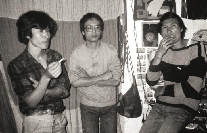 1985年,潘德海(左)、张晓刚(中)、毛旭辉(右)在潘德海地矿局中学宿舍