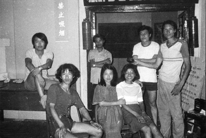 """1985年7月,首届""""新具像画展""""南京巡回展展厅入口处合影,左起依次是:吴越、潘德海、南京友人、吴越夫人、侯文怡、汤国、毛旭辉"""