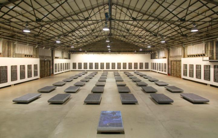《碑林 - 唐诗后著》 装置艺术 1993 - 2005 展于深圳何香凝美术馆 oct 当代艺术中心 摄影:亚牛