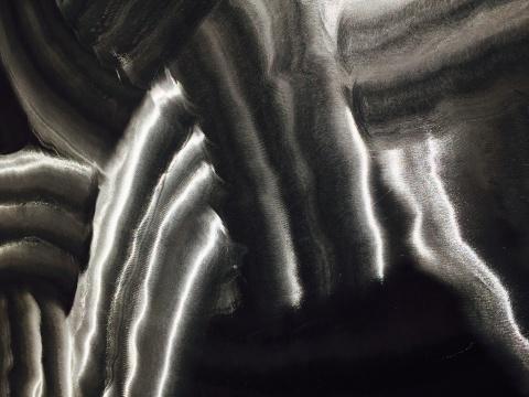局部,可看到金属材质的质感,以及水墨的韵味
