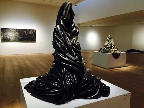 张伟2014年青铜雕塑《墨》(前)、《苍》 (后)