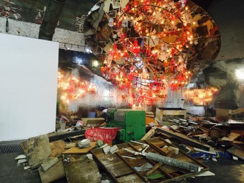 韩国艺术家崔正化2015年以建筑垃圾、锅框架、塑料吊灯、电线、镜片等材料创作的作品 《混沌》