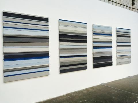 中国艺术家周文斗创作于2015年的作品《北京空气》 材料为北京晚报、丙烯与木板,画面上的颜色不同代表北京每天的空气指数,蓝色为蓝天