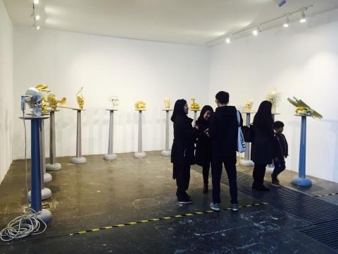 中国艺术家林天苗2013年装作的 《塑像》 彩色丝线、聚脲、金属构件、木台等