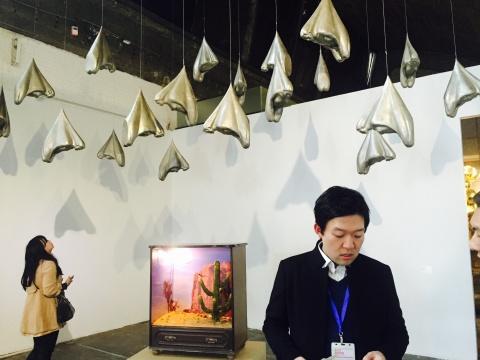 韩国艺术家金学济2004年创作的《局外》
