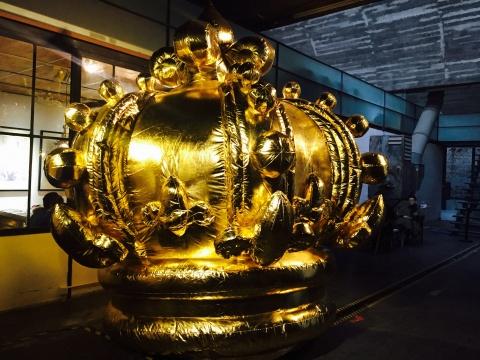 """韩国艺术家崔正化的作品是一座充气的""""金色皇冠"""""""