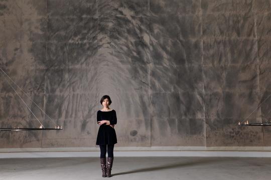 陈可在为展览量身定做的巨幅的傣纸水墨作品《密林》前