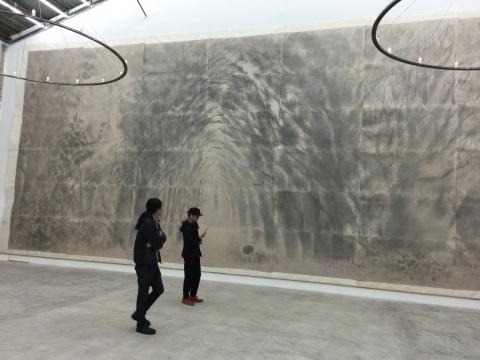 展览现场,占据正面墙壁的《密林》