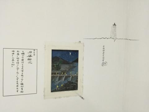 仝天庆《苦海》中的绘画被直接裱在墙上,而图注和旁边的白描小像都是现场完成在墙壁上的