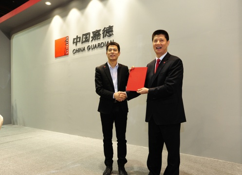嘉德中国二十世纪及当代艺术部总经理李艳锋向首席拍卖师徐军颁发今天的第二份白手套证书