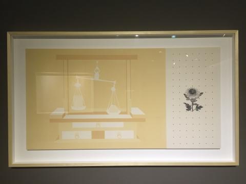 关于二战题材的作品《记忆重量》,菊花是日本天皇特有的象征,画面右部的红色颜料点也象征着鲜血