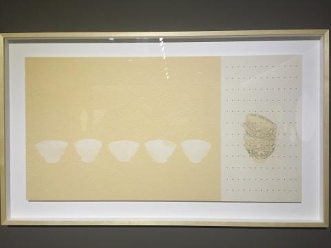 象征海上丝绸之路故事的《沉睡的彩蓝》,左边的瓷碗沉睡在海底,右边的则是被打捞起陈列的瓷,蓝色的波点象征着大海
