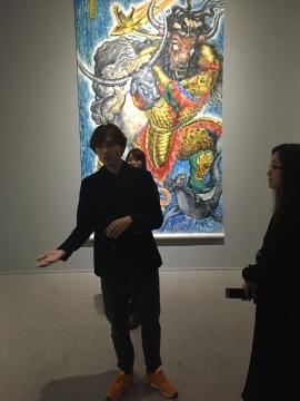 龚旭在《斗水牛图》前为观众导览