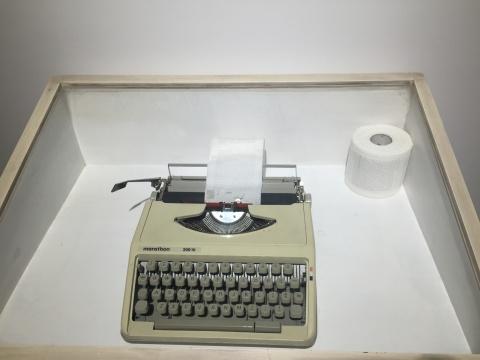 梁远苇创作的一件打字机的装置作品《umustbestrong》