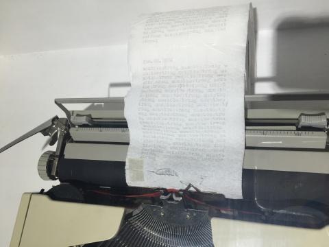 """卷纸上被重复着打印上""""umustbestrong"""
