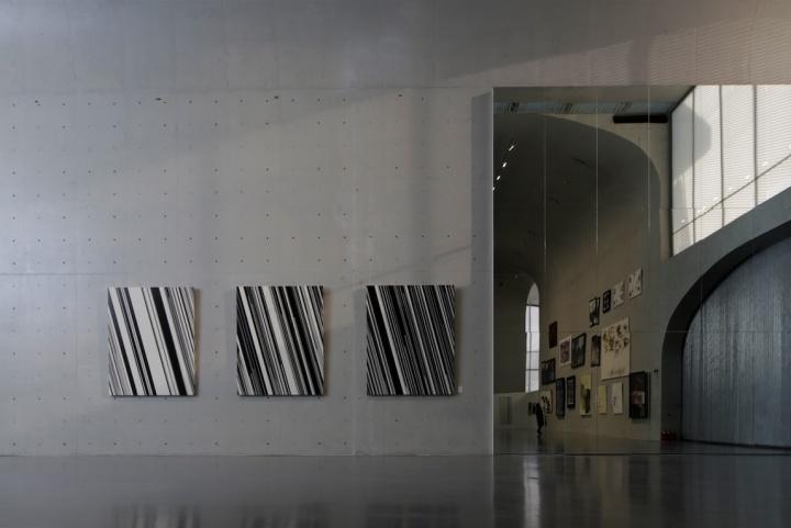 """龙美术馆一层主展厅,展览的第一部分将问题聚焦在""""抽象""""上,大面积使用的镜子让""""并置""""在观看中发挥出最大的效用"""