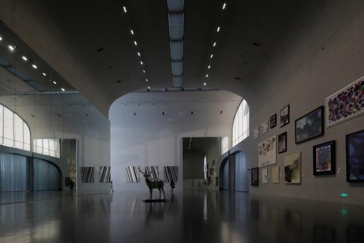 """龙美术馆一层主展厅,展览的第一部分将问题聚焦在""""抽象""""上"""