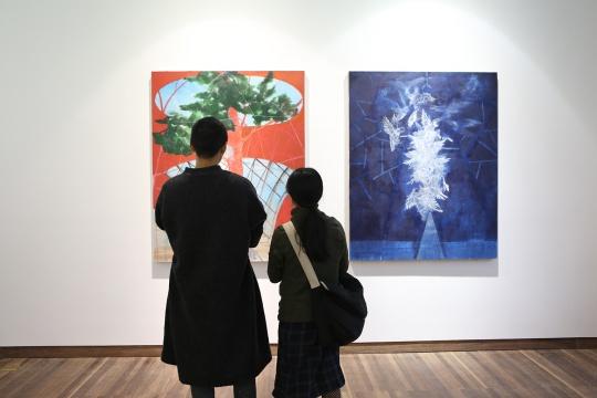 """位于展厅核心位置的两件""""穹顶之下""""系列作品 颜色的反差及画面的语言都在与这个空间在对话"""