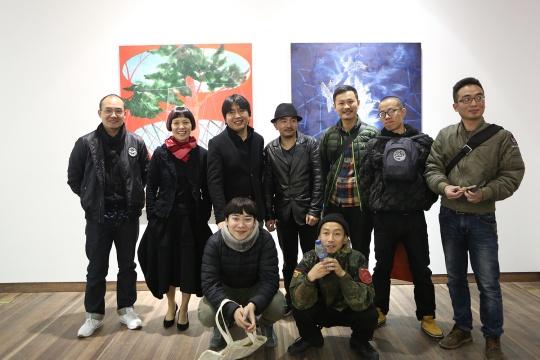 到场的艺术家朋友与方伟(后排左三)与清影负责人阿英(后排左二)的合影
