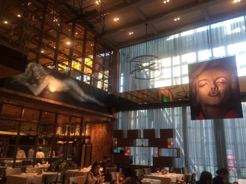 侨福芳草地意大利餐厅Opera BOMBANA,作为分展场悬挂了少量的作品